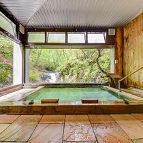 *地下1階の大浴場は、その名の由来のまま滝が目の前。6箇所ある湯船の中でも特に好まれております。