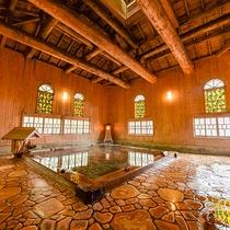 *一歩中に入ると、ふわっと芳しい木の香り。光によって様相を変えるステンドグラスが美しい大浴場です。