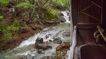 *露天風呂からは、渓流と四季折々の山を間近でご覧いただけます。