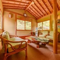 *1階温泉へ続く廊下には、小休憩できるスペースをご用意しております