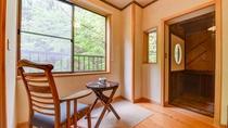 *露天風呂付客室(花水木)窓際にイスとテーブルをご用意、渓流のせせらぎを聞きながら心地よいひと時を