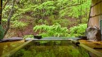 *1階宝泉の湯(木)2箇所ある貸切風呂の中の木製の湯船、こちらもどなた様も無料でご利用いただけます