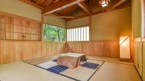 *1階宝泉の湯 湯上り処/小さな木のテーブルと座布団をご用意。足を伸ばしてお休みいただけます
