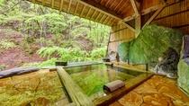*1階宝泉の湯(木)渓流に面した貸切風呂です。どなた様も滞在中は無料でご利用いただけます