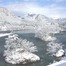 大河に浮かぶ小島 冬の景色