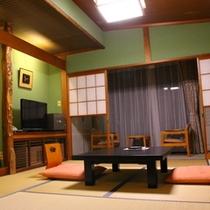 スタンダード和室 全ての客室は作りが違います。窓辺の椅子で絶景を眺めるひと時を