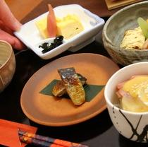 素材にこだわり、新潟の味を朝食からお届けします。ご飯は地元鹿瀬のコシヒカリ