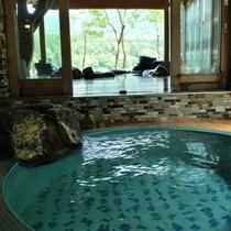 貸切風呂は総タイルで『レトロで可愛い』好評です。外は絶景露天風呂です。