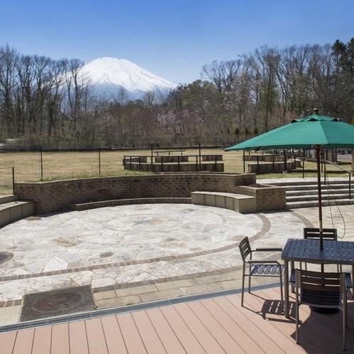 広々としたレストランテラスと屋外ドッグラン。富士山の眺望を楽しめる当館オススメのスポットです。