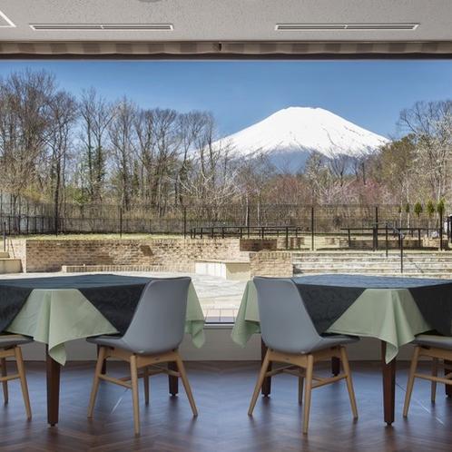 レストラン『Raisin D'or』 晴天時には富士山の眺望をお食事とともにお楽しみいただけます。