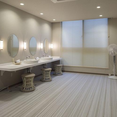 清潔感のある広々とした脱衣所。鏡が大きく使いやすい化粧台を設置しております。