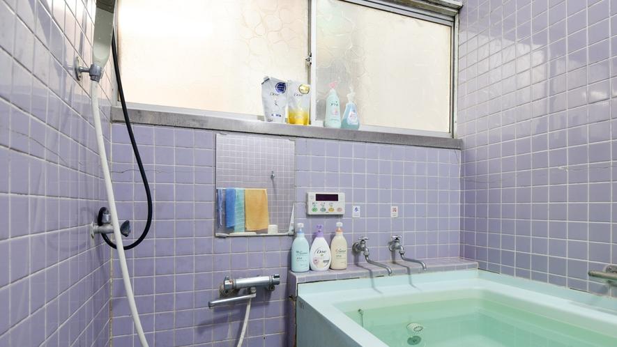 *【風呂】少し広めの家庭的なお風呂です。シャンプーや石鹸もご用意しております。
