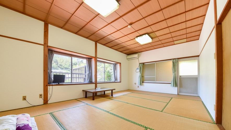 *【和室12畳】2階の窓から見える壱岐の山々をご覧になれます。