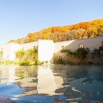 本館2F 温泉/KOMOREBI(露天風呂)/心を潤す秋の紅葉と心あたたまる温泉で癒しのひとときを