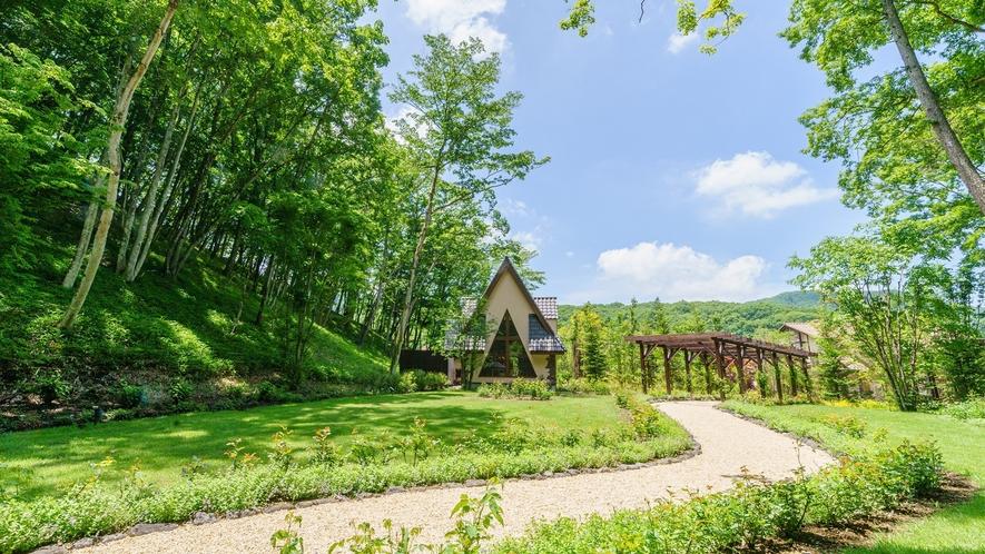 ガーデン/ガーデンウエディングも執り行われる可愛らしい庭園。続く小道を季節の花々が彩ります