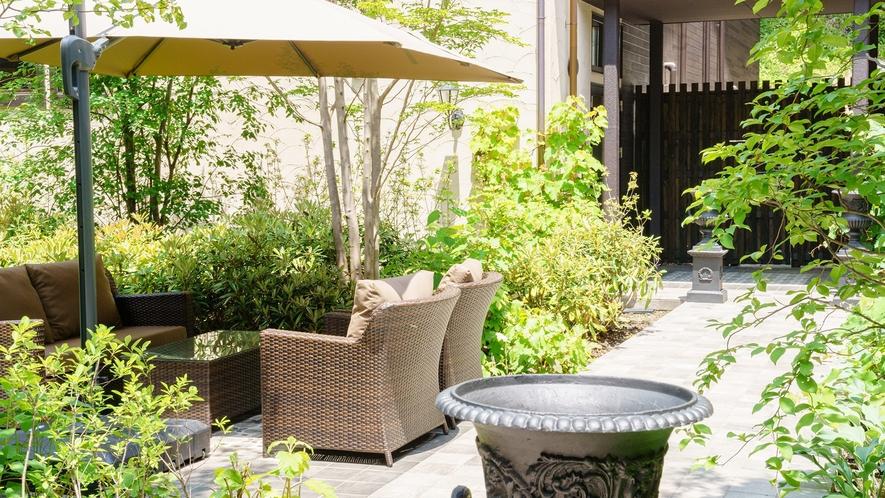 中庭/四季折々の花や緑に彩られる中庭は7万坪の豊かな自然に溶け込むような癒しの空間