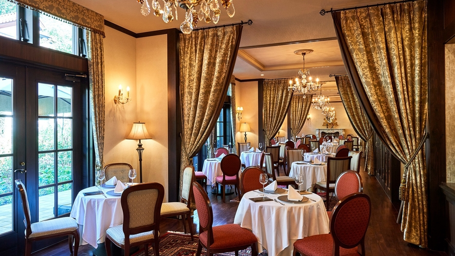 本館1Fフレンチレストラン/ヴァース/四季を感じる庭園に面し、クラシカルな空間が美食の滞在を彩ります