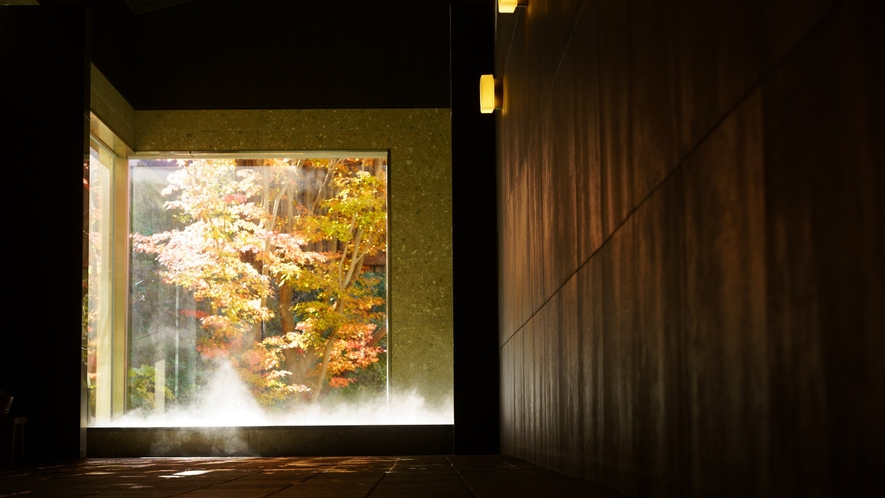 日帰り温泉(ご宿泊様無料)/紅葉の八風温泉/扉の先には、開放的なガラス窓越しに映える鮮やかな紅葉