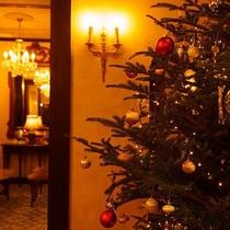 冬季の間は本館ロビーの扉をくぐると大きなクリスマスツリーが皆様をお出迎えします