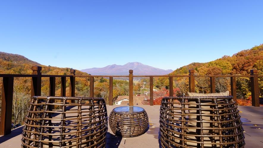 アクティビティデッキ/正面に浅間山を望む絶景スポット。いつまでも眺めていたくなる贅沢な景色が広がる
