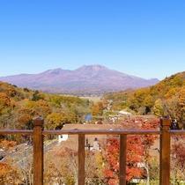 アクティビティデッキ/空の青さと紅葉した木々の赤・黄が織りなす絶景のコントラストが魅力