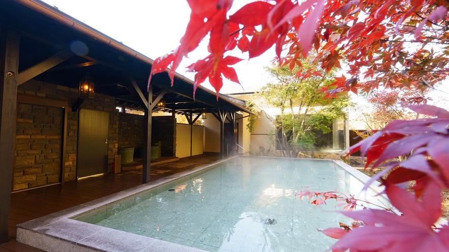 日帰り温泉(ご宿泊様無料)/紅葉の八風温泉/木々は鮮やかに色づき、癒しの空間を演出します