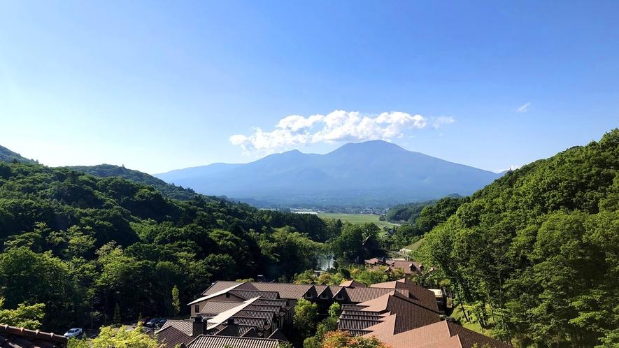 標高1,000mからの眺望。浅間山を真正面に望む清々しく広大な絶景は7万坪の敷地を誇る当館ならでは