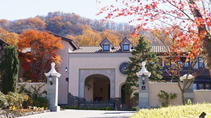 本館/外観/美しい紅葉の風景とともに、丁寧なおもてなしで皆様をお迎えいたします