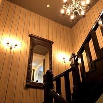 館内には高級アンティーク家具の数々