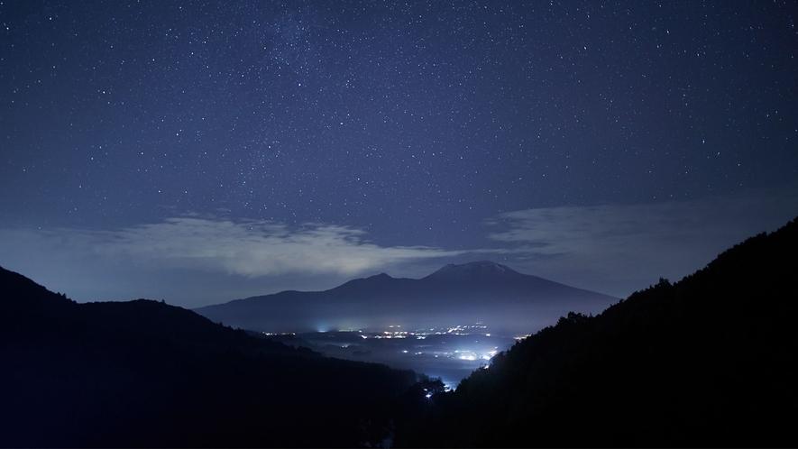 満天の星が煌めく浅間山/晴れた夜には壮大で美しい星空が望めます。星降るような夜空をご満喫ください