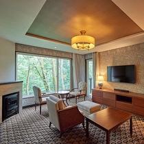 山の上スイート(ツイン)/69.8㎡/クラシカルな装いの中で、ゆったりとお寛ぎいただける贅沢な客室