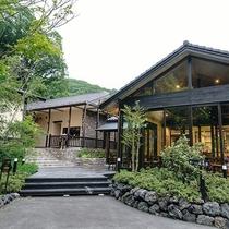 浅間カフェ/豊富なメニューが揃うお洒落なカフェ。木々に囲まれたテラスでは心地よい風を感じられます