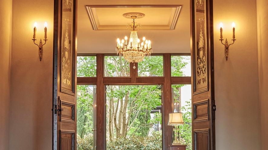 本館ロビー/館内には高級アンティーク家具と60種のイタリア製タイルを配し、非日常空間を演出