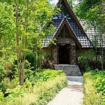 ガーデン本館/庭/「森音の教会」。足を踏み入れると、木の温もりとやさしい静寂に包みこまれます