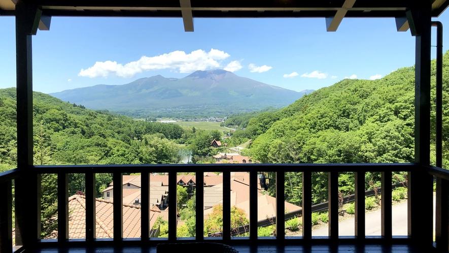 ヴィラスイートからの眺望/丘の上から浅間山を一望できる特別な客室。高級感溢れる贅沢なスイートルーム