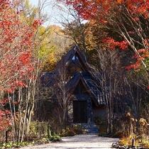 本館/庭/「森音の教会」。足を踏み入れると、木の温もりとやさしい静寂に包みこまれます