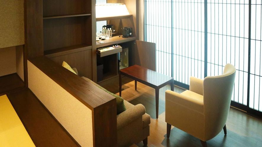 和室ジュニアスイート/68.8㎡/暖かみのある和室の一角に施されたミニバーで愉しむ、寛ぎのひととき