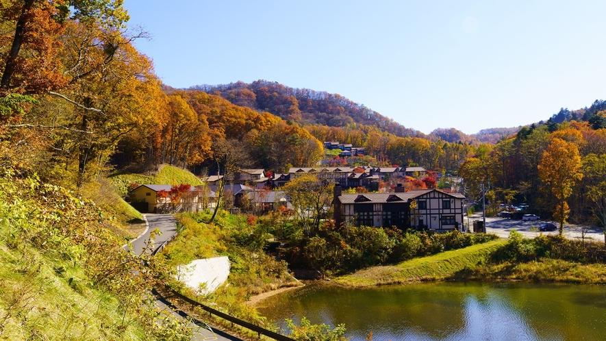 本館/外観/見渡す限りの美しい軽井沢の景観も秋には表情の異なる顔に。非日常の休日をお愉しみください