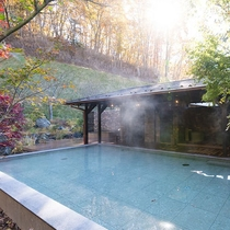 日帰り温泉(ご宿泊者様無料)/紅葉の八風温泉/艶やかに色づく紅葉を眺めながら、癒しの湯浴みを