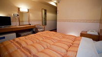 別館ダブルルームの一例です。ベッドはキングサイズを使用。