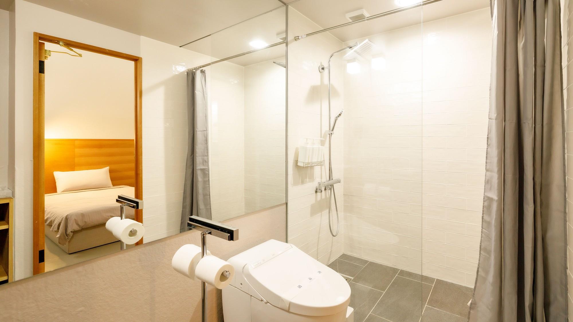 【デラックスツイン】広々とした浴室にはレインシャワーが備え付けられており、旅の疲れを癒してくれます