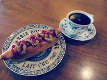 レストラングリルでホットドッグの軽食はいかがですか?
