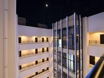 内観 吹抜けのある回廊式のホテルです。