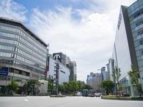 【天神】九州一の繁華街。通りにはファッションビルが林立し老舗のデパートやドラッグストア等ございます。