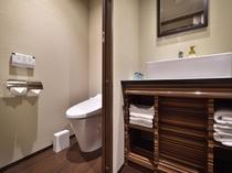 ファミリールーム トイレとバスルームが個別であるお部屋です。
