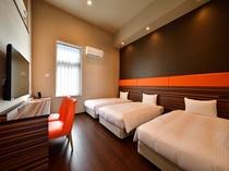 エグゼクティブファミリールーム シングルベッドが3台のお部屋です。