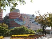 【キャナルシティ博多】車で8分!「都市の劇場」がコンセプトの大型複合施設。