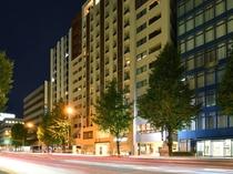 外観 ホテル目の前にはコンビニやバス停「博多駅東3丁目」がございます。