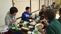 夕食の様子 ☆家族団欒☆ 大広間では昼食と夕食をお召し上がり頂けます。レストランメニューからお気軽に