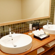 【スイート】洗面台が2つある広々とした独立型の洗面所